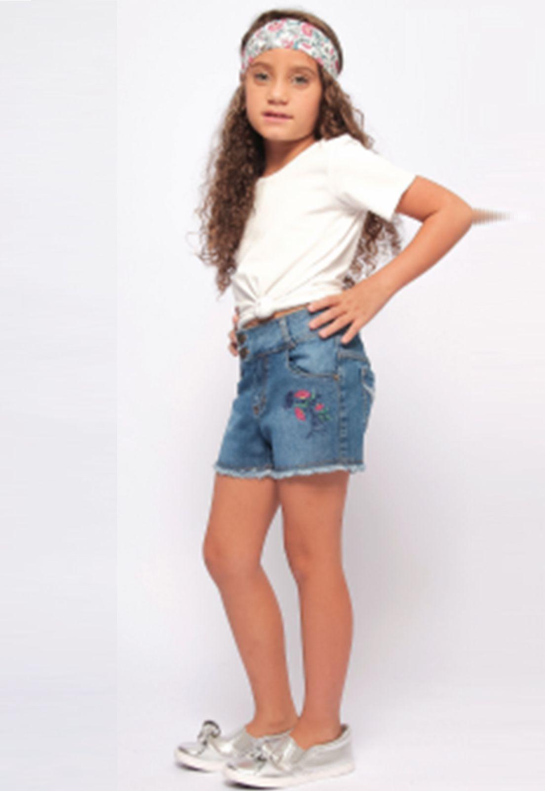 Shorts Jeans Delavê com Bordado e Barra Desfiada