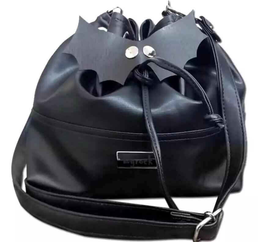 Bolsa morcego estilo saco com alça extra transversal