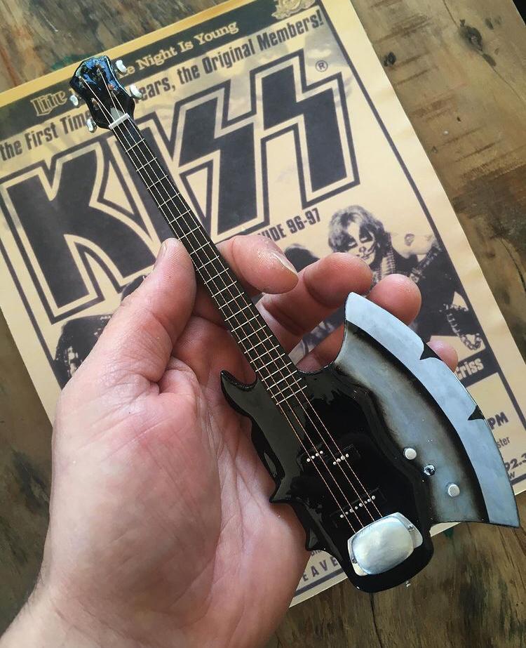 Miniatura Instrumento Musical Baixo Gene Simmons Kiss com quadro