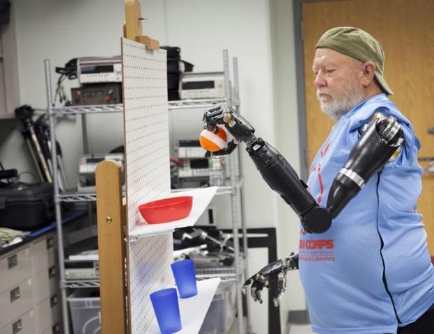 Brazo robótico con 26 articulaciones