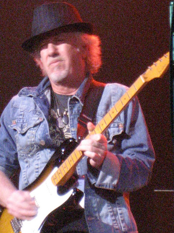 Brad Whitford leaves Aerosmith.