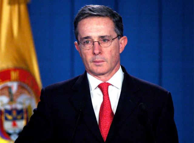 ALVARO URIBE ASUME LA PRESIDENCIA DE COLOMBIA
