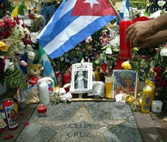 Celia Cruz murió a la edad 77.Cruz murió de cáncer cerebral en su casa en Fort Lee, Nueva Jersey. Nunca tuvo hijos, pero ella tenía un marido increíble y asombrosa carrera.