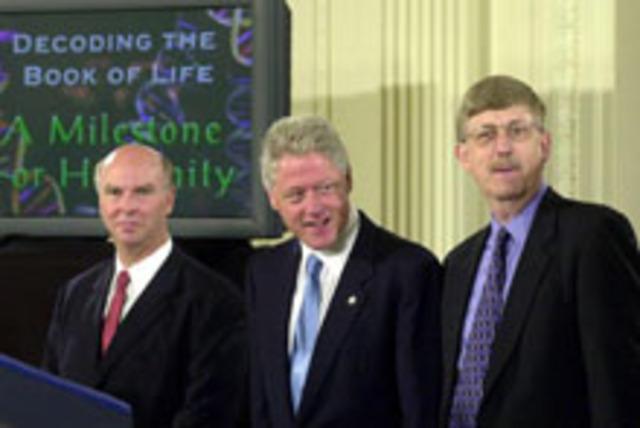 El presidente Clinton y el primer Ministro Tonny Blair anuncian el primer borrador completo de la secuencia del genoma humano