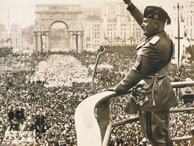 En 1924 musolini sube al poder