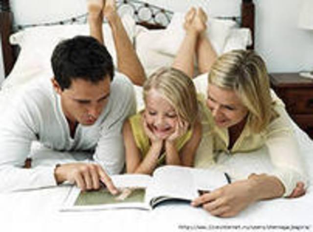 Die Eltern spielen eine groBe Rolle im Leben der Kinder.Sie spielen mit dem Kind, helfen ihm und lieben.