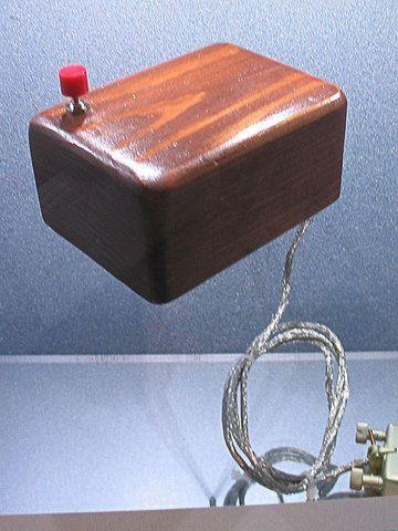 El primer prototipo de mouse creado por Douglas Engelbart