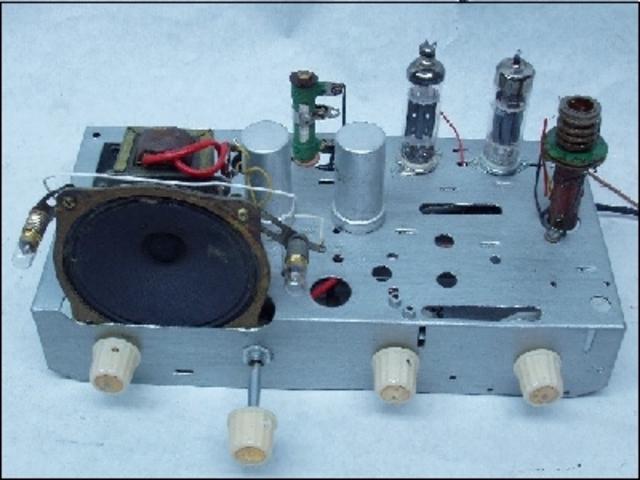 Edwin Howard Armstrong inventa el circuito regenerativo que aumenta la calidad de las emisiones.