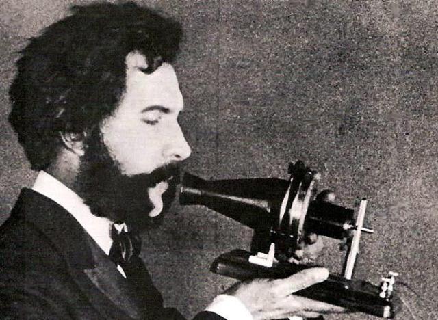 Se patenta el teléfono electromagnético por Alexander Graham Bell