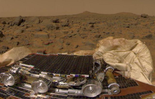 """U.S. spacecraft """"Pathfinder"""" lands on Mars"""