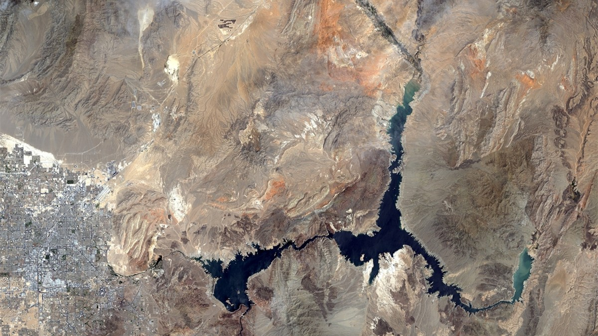 Overlaid Comparison of Staggering Water Loss in Lake Mead Between 2000 and 2016 using Satellite Imagery