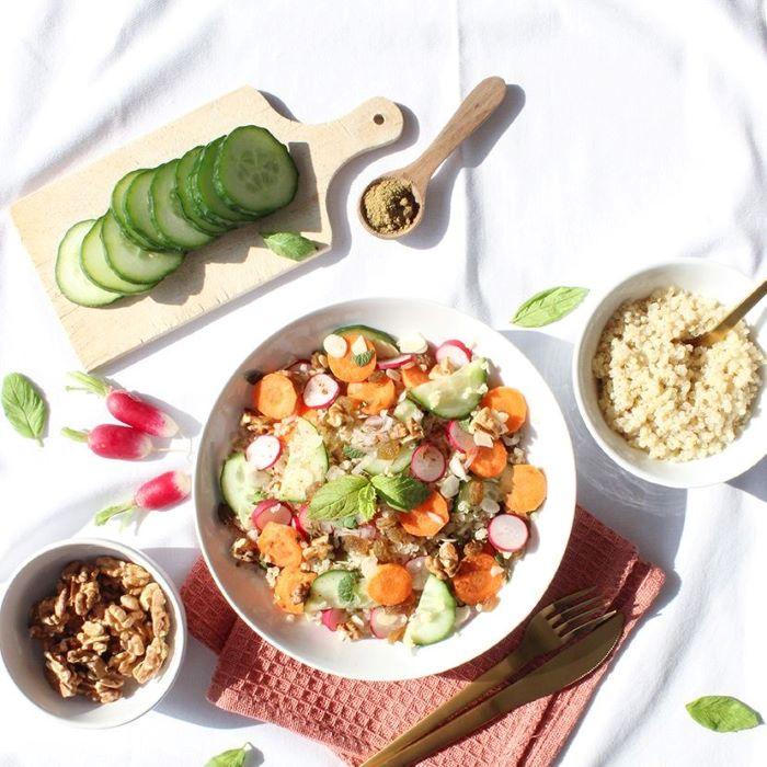 Recette de salade printanière au quinoa, légumes et fruits secs <br>