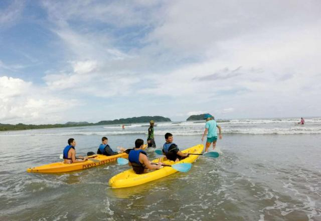 A group of teens learns how to kayak on their student adventure tour of Costa Rica.