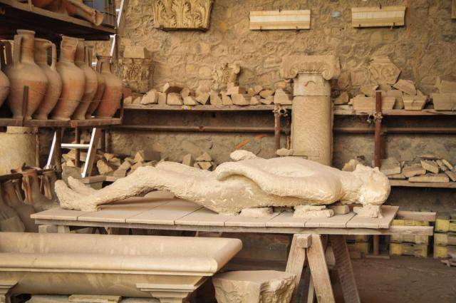 Students discover the archaeological finds in Pompeii during their high school program to Italy.