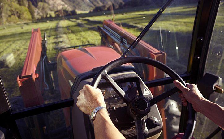 Qual a importância da capacitação de operadores de máquinas agrícolas?