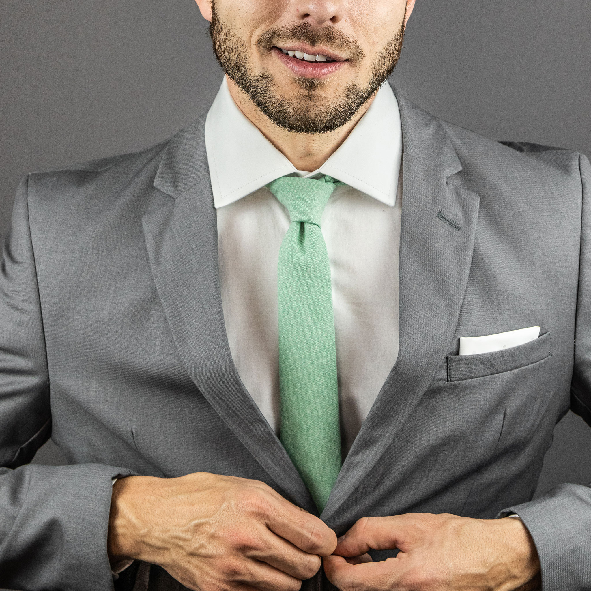 terno cinza com gravata verde