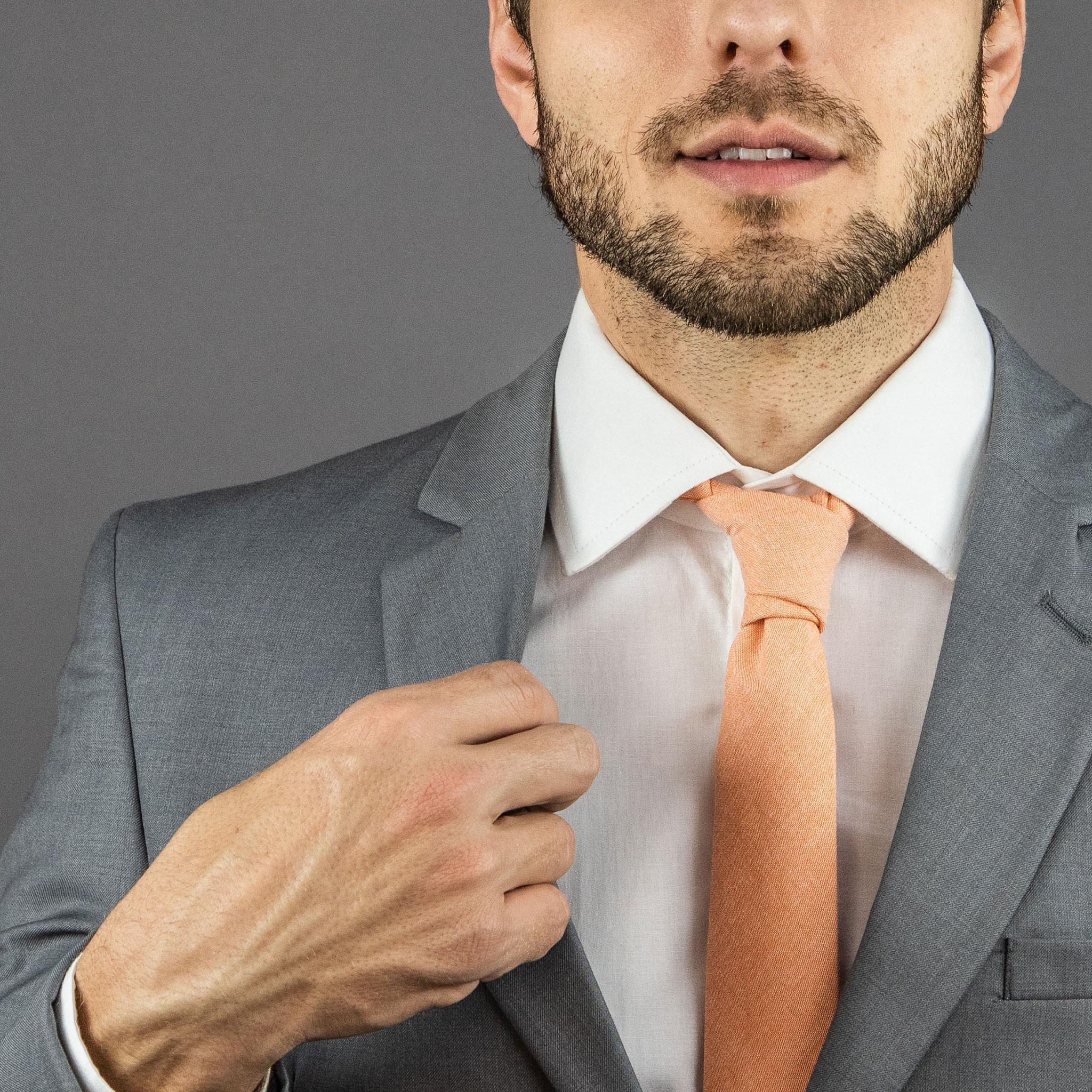 terno cinza com gravata laranja