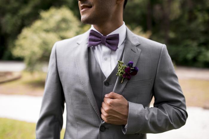 terno cinza com gravata roxa