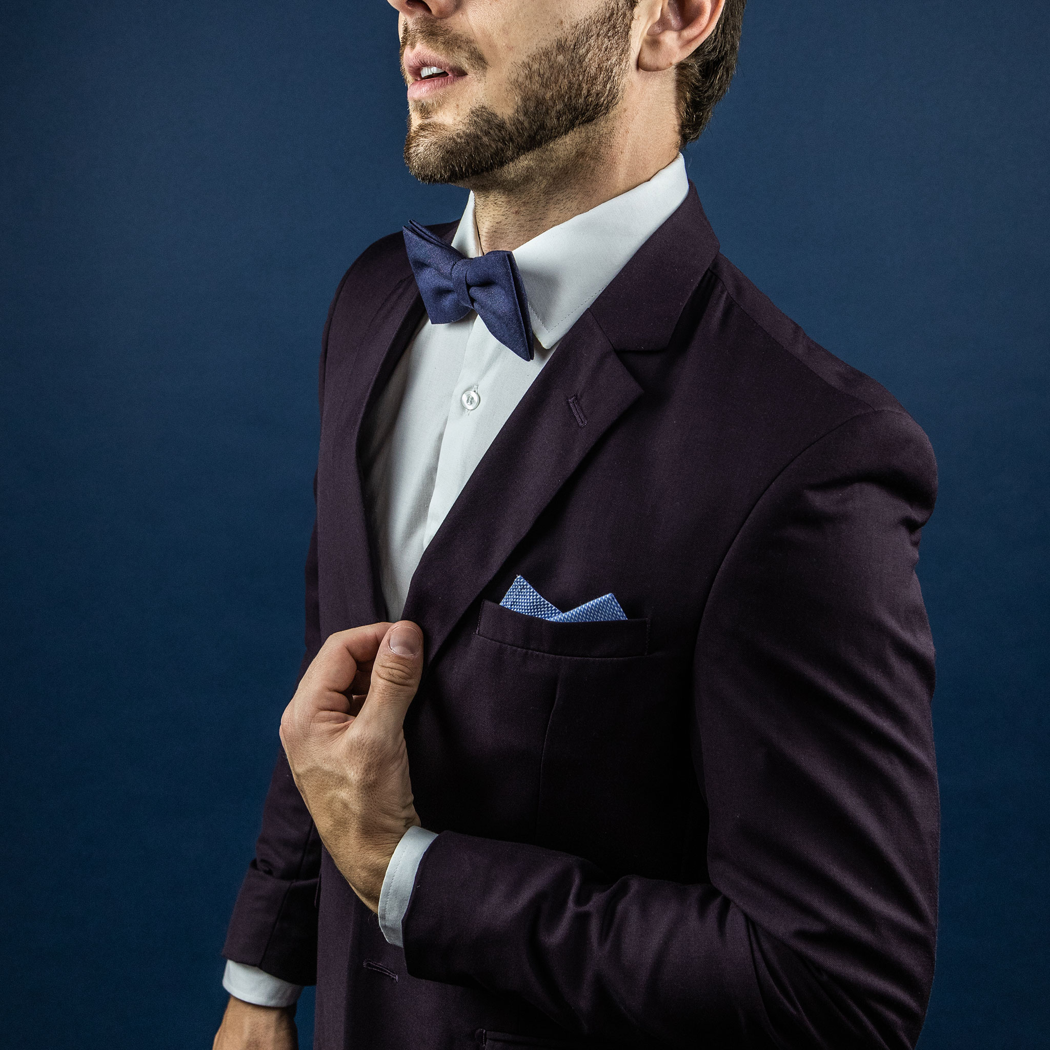gravata azul com terno vinho