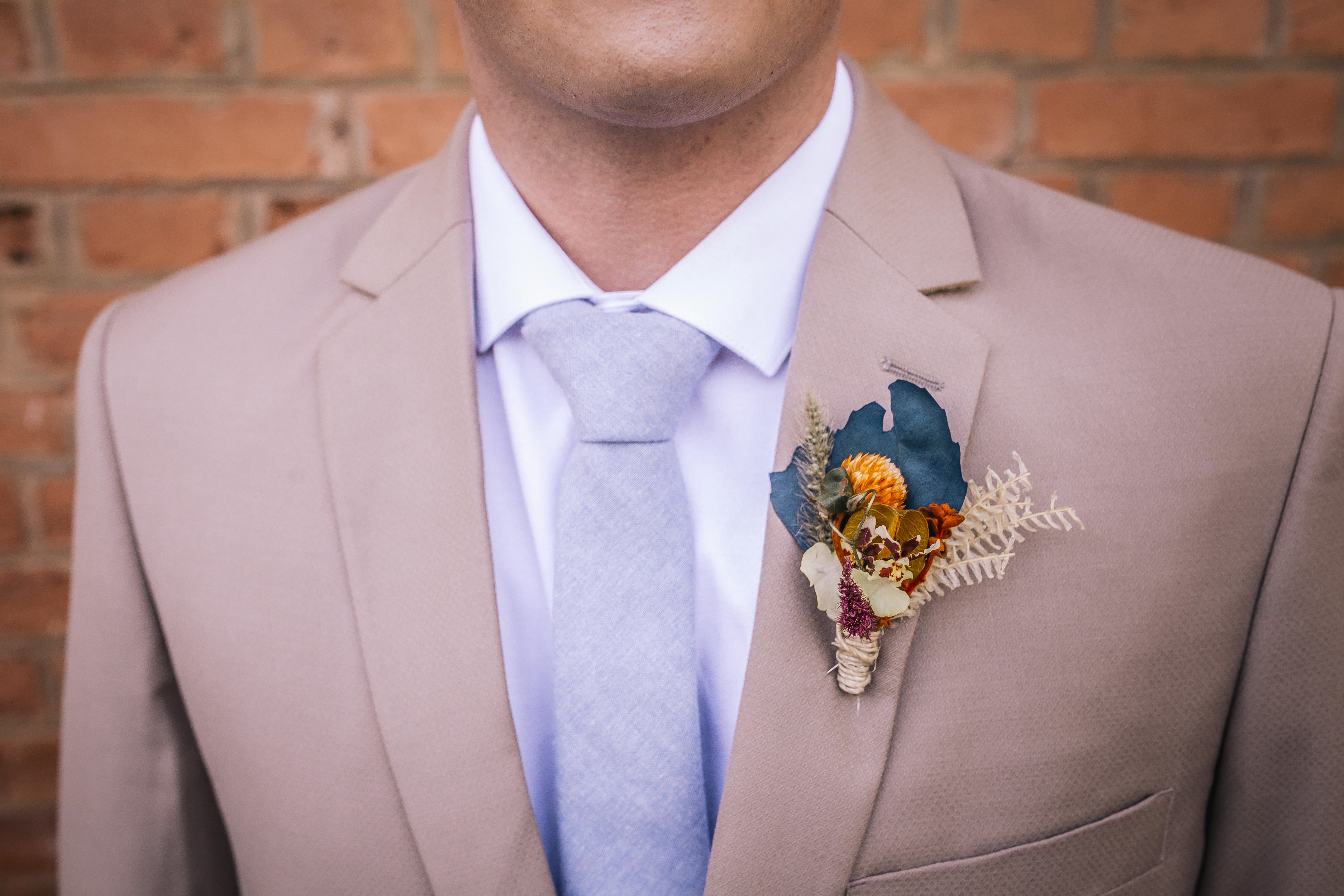 terno bege com gravata azul