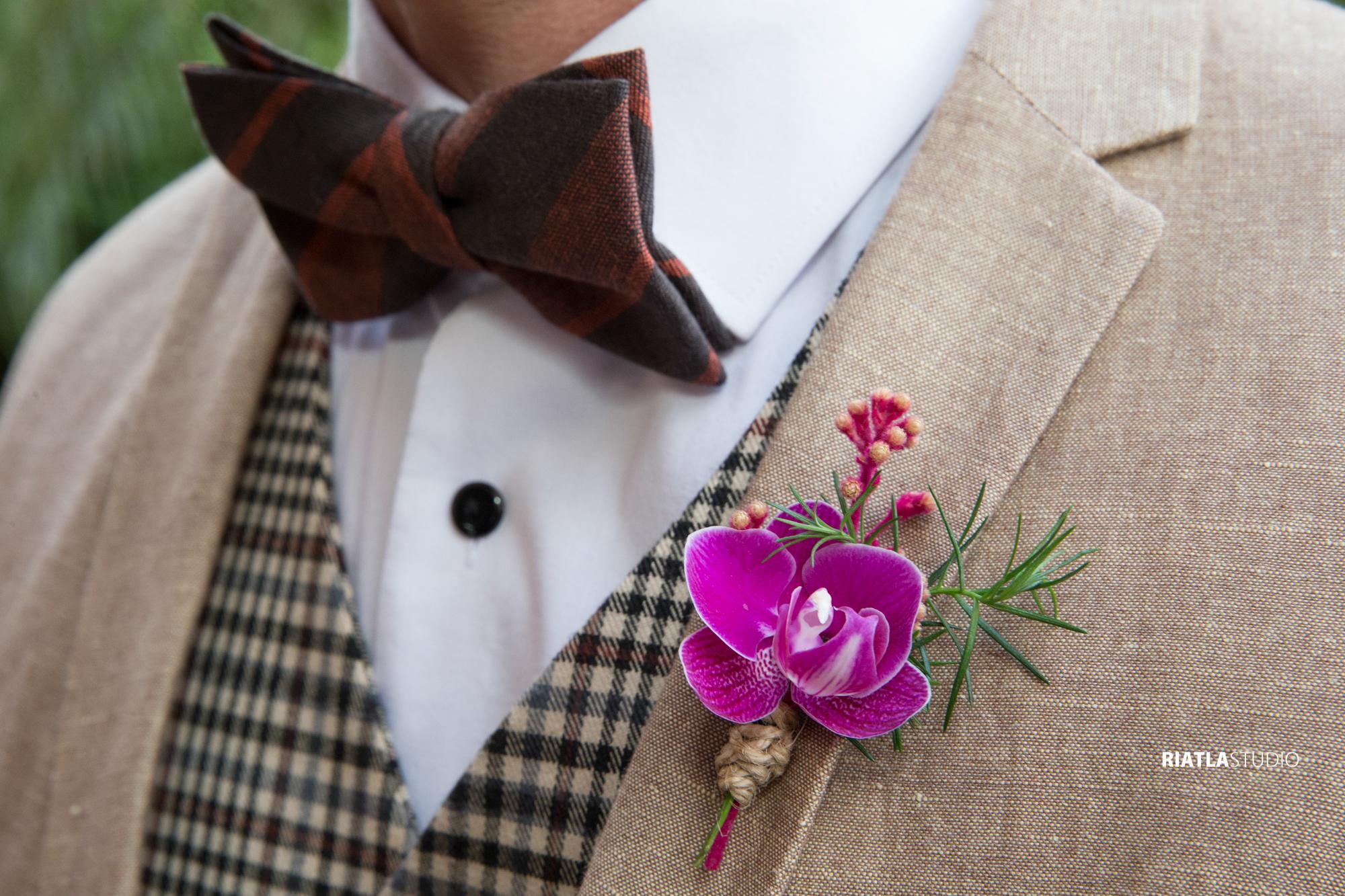 terno bege com gravata marrom