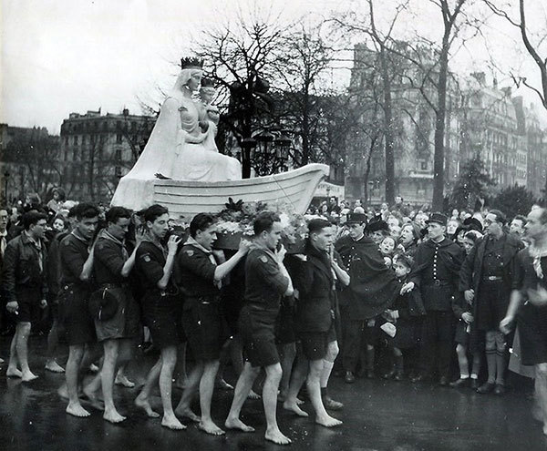 Boy scouts carrying the statue