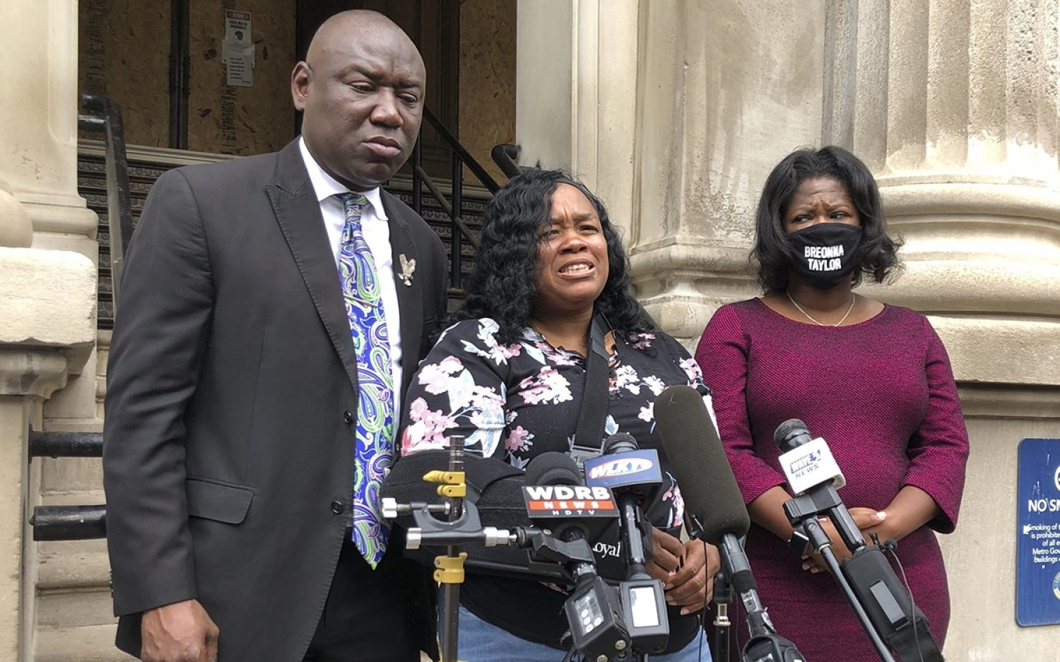 Louisville settles with Breonna Taylor's mother