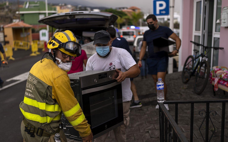 Volcano eruption sends Spanish islanders fleeing