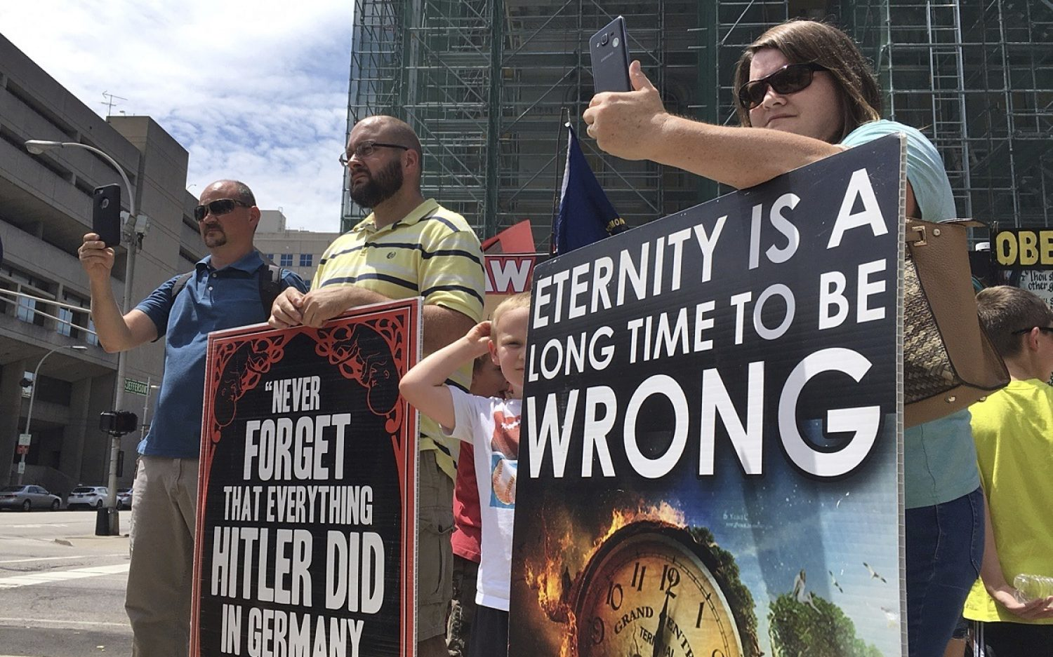Court bars pro-lifers from abortion center sidewalk