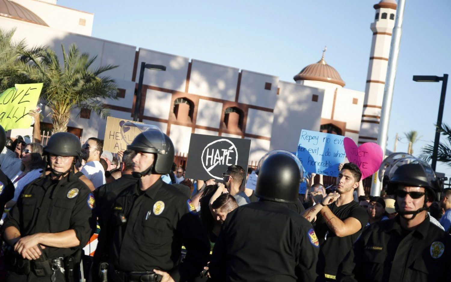 Christians at Phoenix protest stand between Muslims and anti-Islam crowd