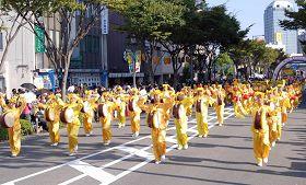 法轮功学员参加大阪府堺市庆典游行